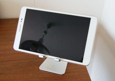 スタンドに8.0型タブレット MediaPad T2 8 Proを置いた様子