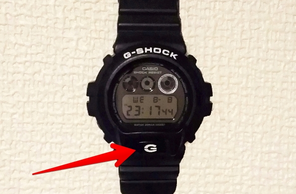 GショックDW-6900の「G」ボタンを示す画像